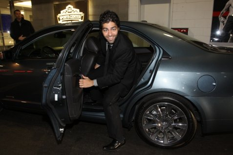 adrian-grenier-arrives-in-the-lincoln-mkz-hybrid-at-the-2010-global-green-usa-sustainability-design-awards-in-nyc-2_0